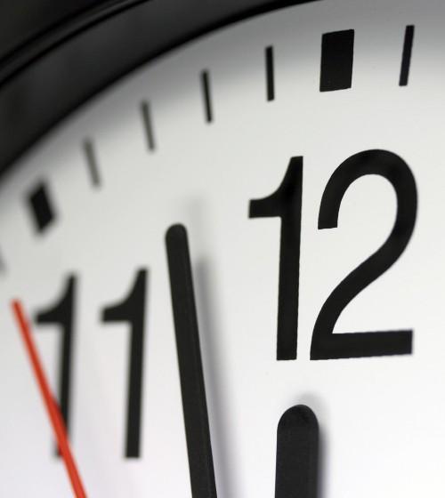 Imparare l'alfabeto, i numeri e leggere l'orologio nella lingua italiana